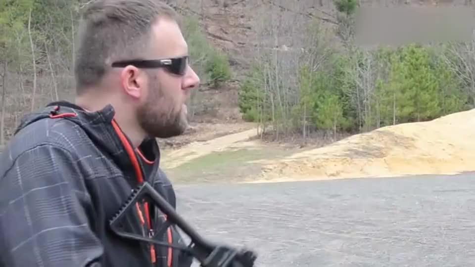 配备消音器的9毫米口径冲锋枪与手枪射击声音小的可以忽略不计