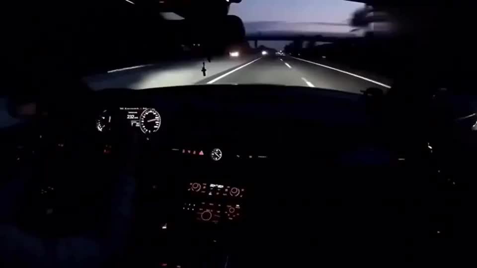奥迪车主在高速上被重机车超车后直接油门踩到底追了上去