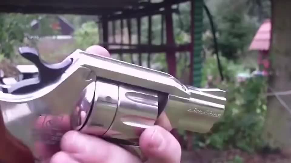 老外测试小口径左轮手枪,发射的子弹真小,这个只能当玩具吧!