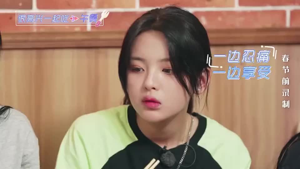 杨超越口腔溃疡却尽情嗦粉,傅菁被她逗乐,这吃粉姿势也没谁了!