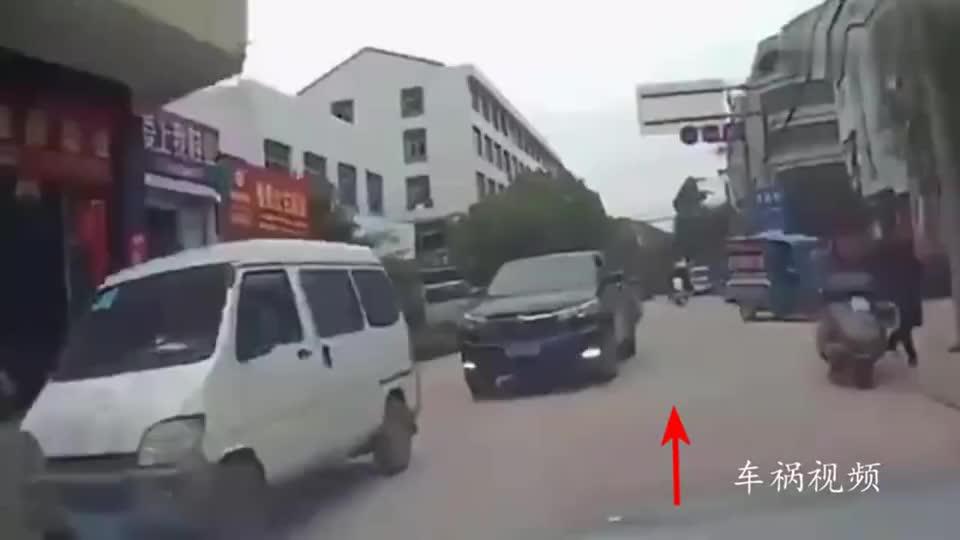 面包车小伙逆行加塞还不服,接下来两位司机的做法真解气