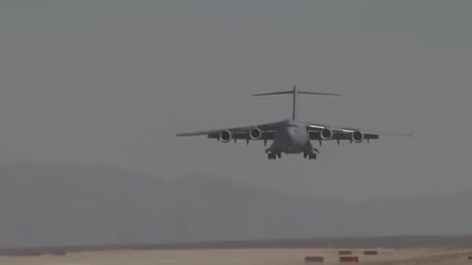 """实拍美军C-17环球霸王运输机在沙漠中降落,真是""""不挑食""""!"""