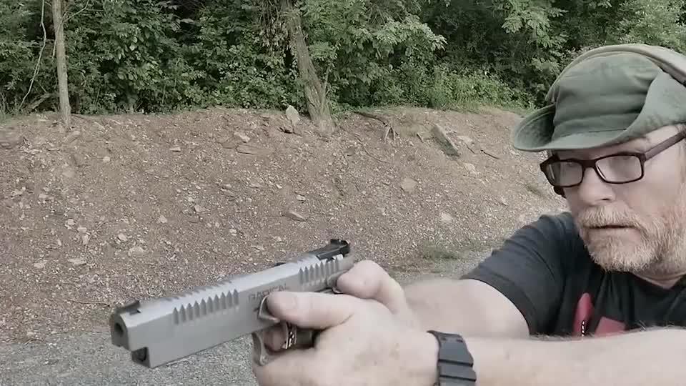 漂亮的半自动手枪户外打靶测试,发射.45口径弹药,后坐力不小