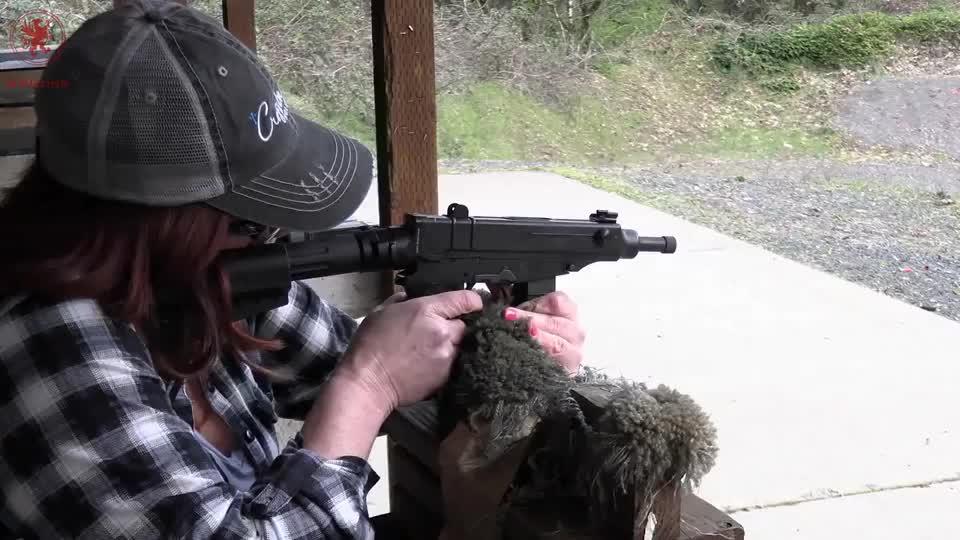 配备消音器的冲锋枪,靶场射击测试,消音效果还不错!