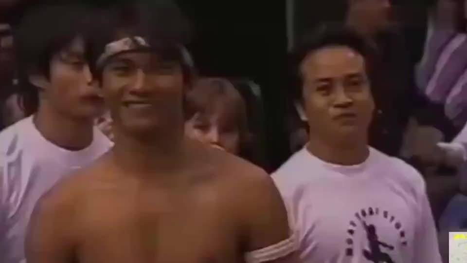 托尼贾表演泰拳,招式一出震撼全场,还一脚踢飞三米高的篮球