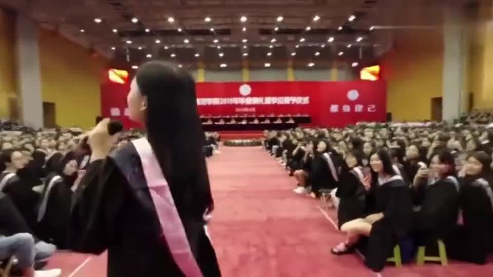 毕业典礼:美女演唱《后来》,毕业那天终于听懂了这首歌