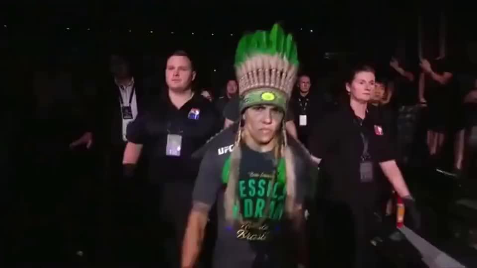 亚洲首条UFC金腰带 慢放带你看张伟丽42秒极速KO瞬间