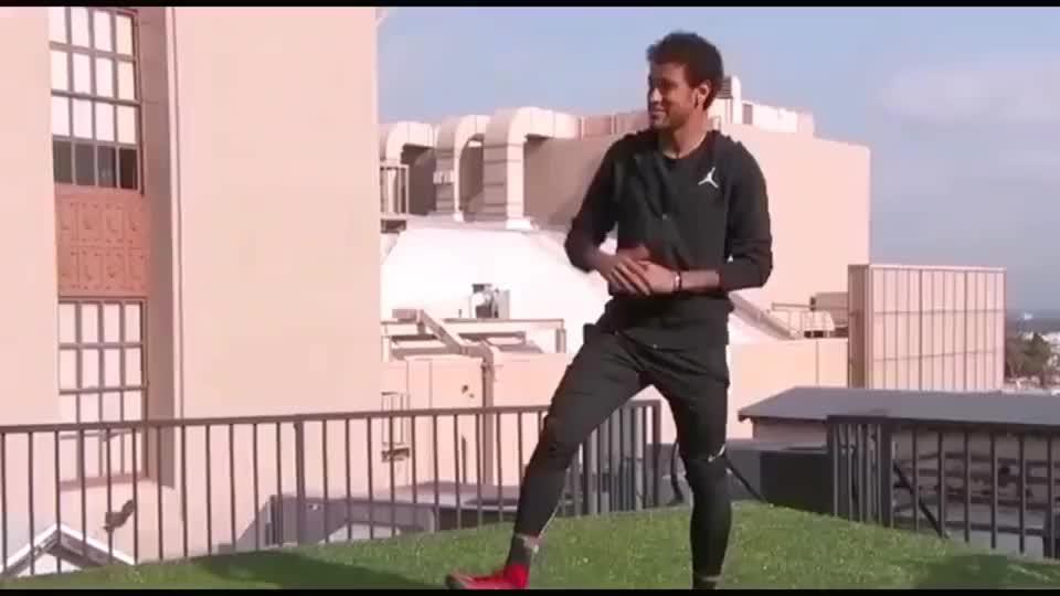内马尔挑战两座楼之间踢任意球,一般人都不一定能踢到对面