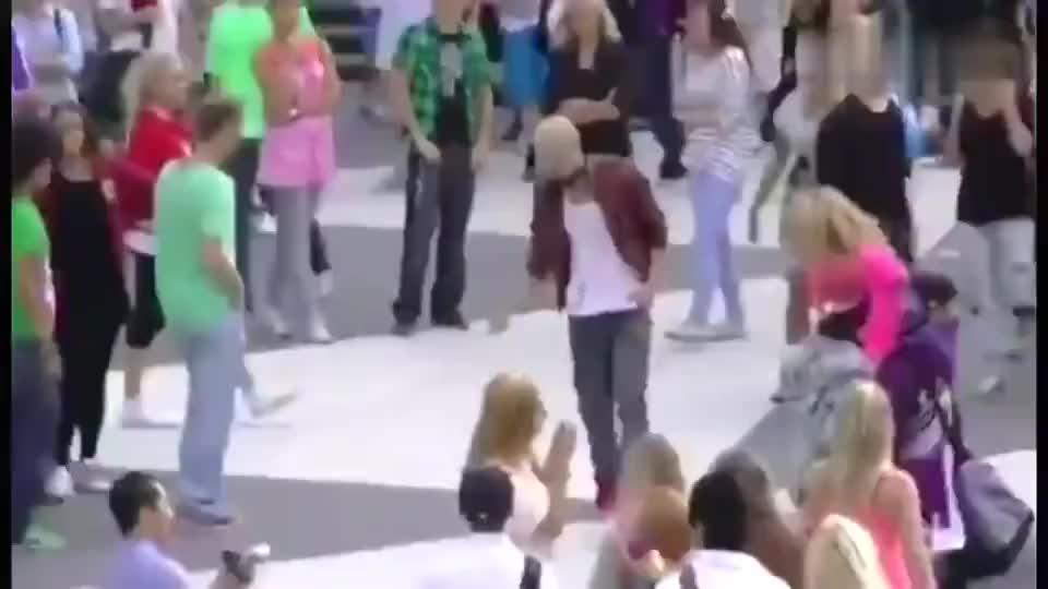 迈克尔杰克逊真的活的很恐怖,10年前纽约街头快闪