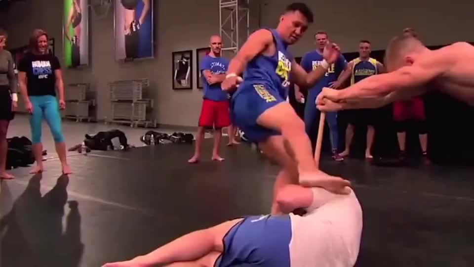 格斗选手的一腿有多重,职业选手当场示范,震撼到你的下巴掉下来