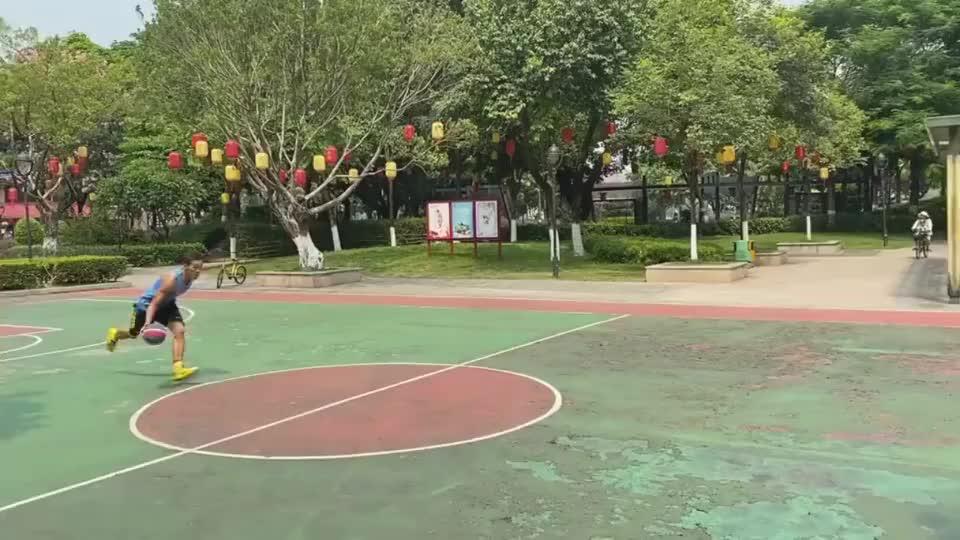 打篮球打成这样的,还是第一见,这是什么神仙脚步?