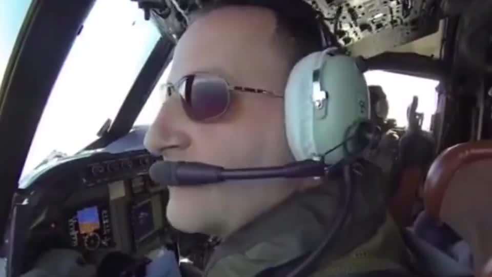 实拍新西兰反潜巡逻机发射鱼雷,空中发射?