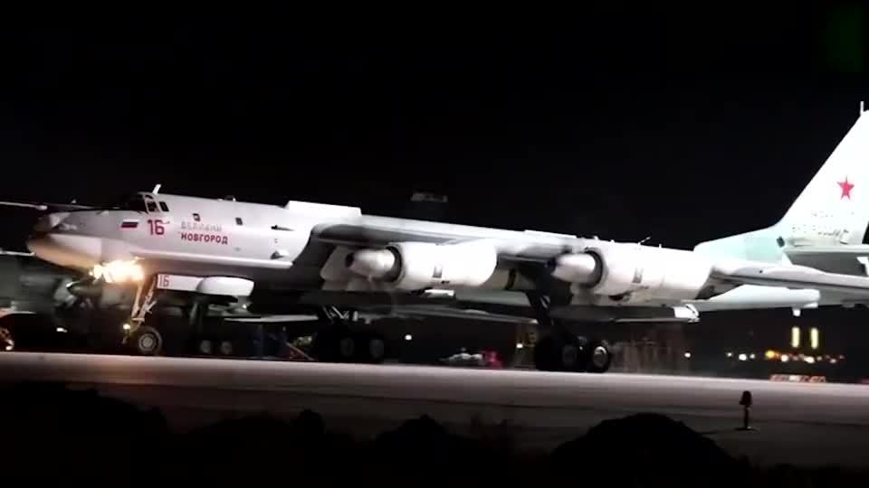 实拍图-95MS战略轰炸机夜间挂弹飞行,半道顺便加个油!