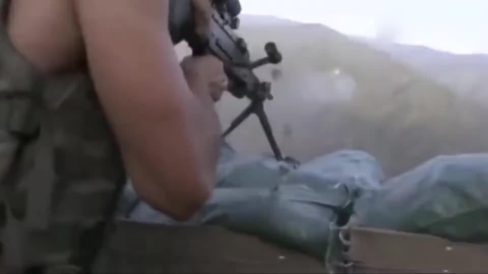 美军大兵在阿富汗训练,光着膀子就开干,子弹随便打