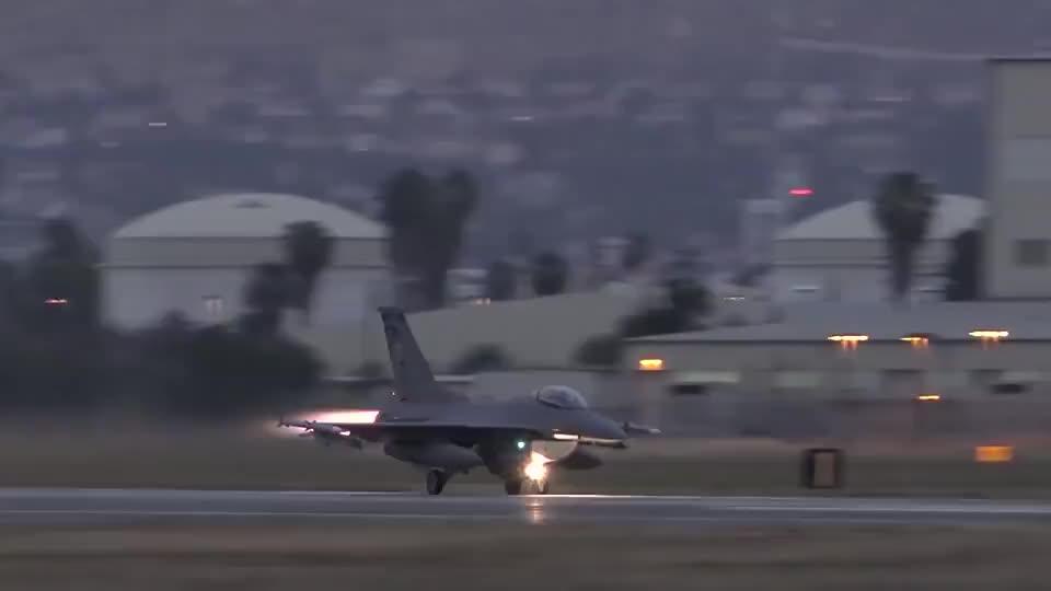 美国F-16战斗机起飞,这发动机的推力不是一般的大!