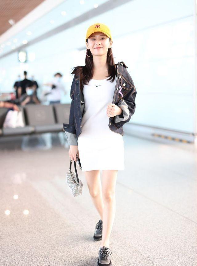 郑合惠子妆容精致笑眼弯弯娇俏迷人