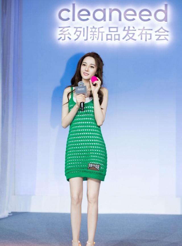 组图:迪丽热巴亮相品牌活动现场,身着绿色连衣裙凸显曼妙身姿