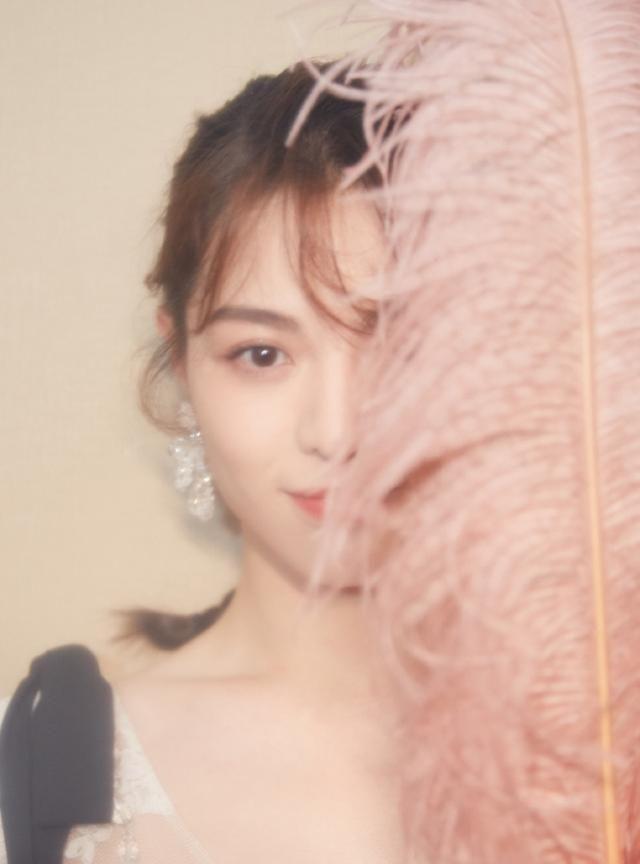组图:钟楚曦身着古典柔美的白色蕾丝长裙,如梦幻般迷人
