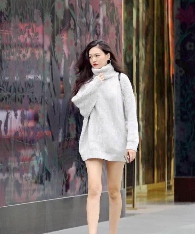 街拍:小姐姐身穿白色长款高领毛衣,大秀美丽长腿