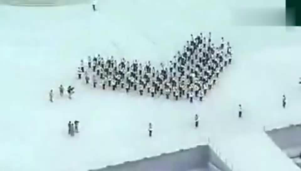 新加坡国庆阅兵式中的军乐表演,这个心形摆得挺有创意
