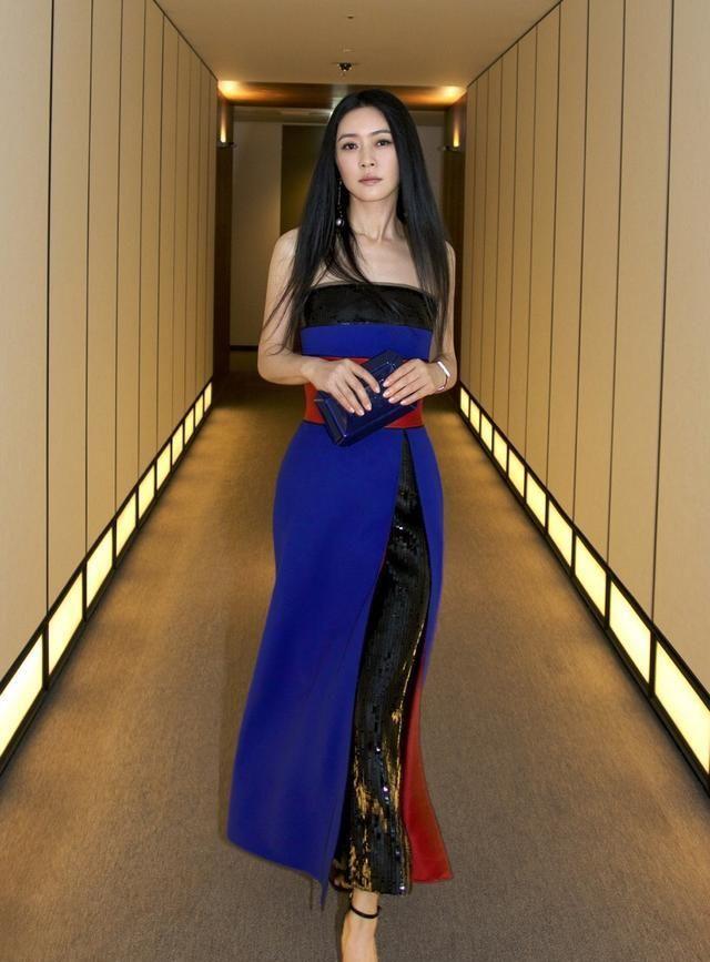 气质女神田海蓉,长相精致大方,身材高挑,穿搭时尚!