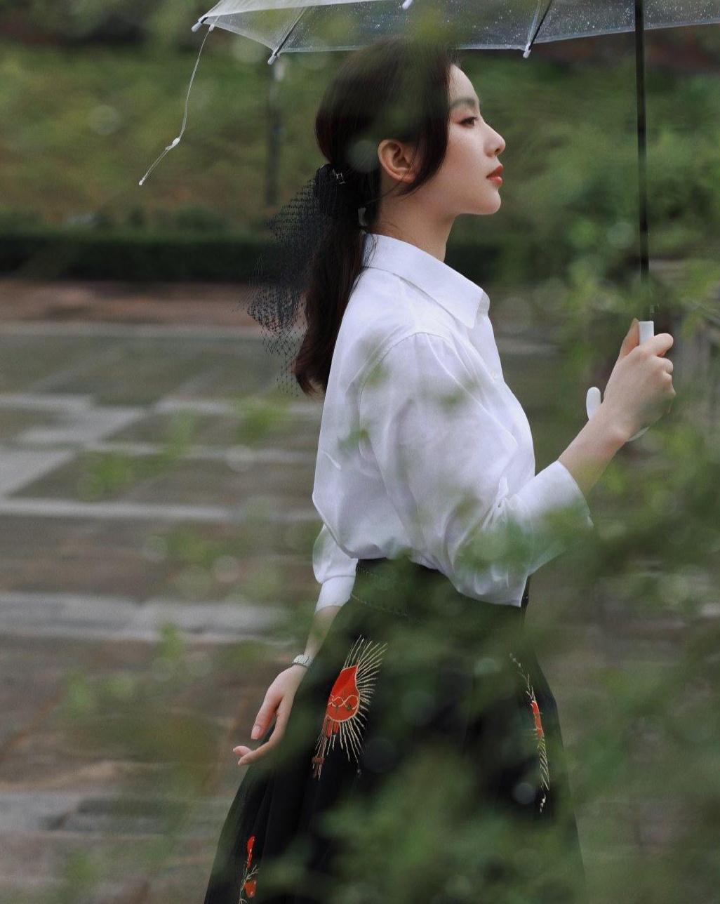 刘诗诗真是女神!经典衬衣配黑裙优雅又显气质,清新时尚又高级