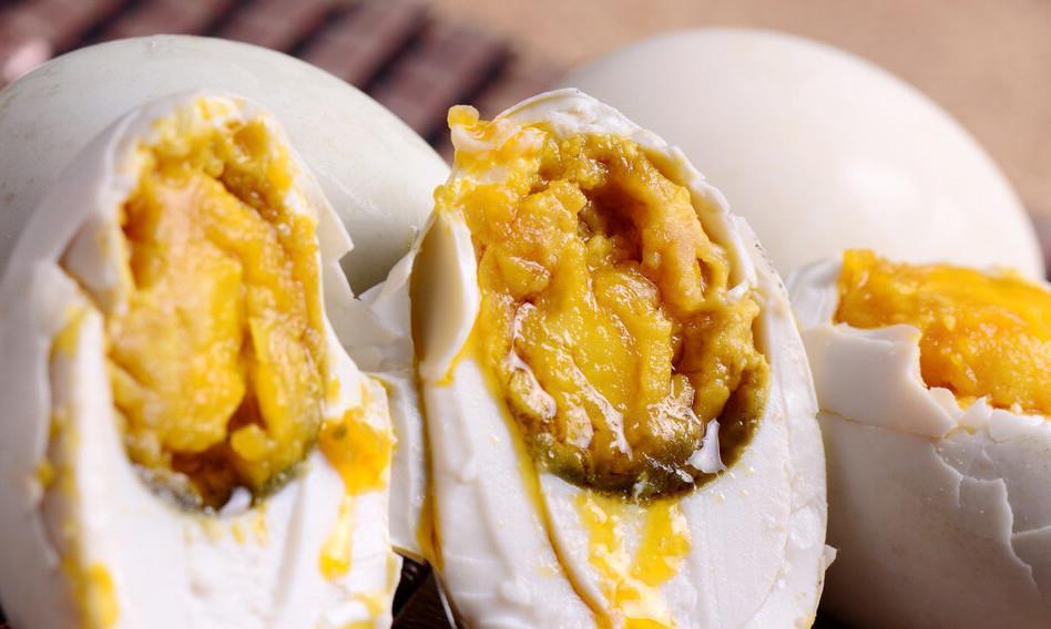 腌鸭蛋只会加盐就错了,教你一个土方法,蛋黄个个起沙流油