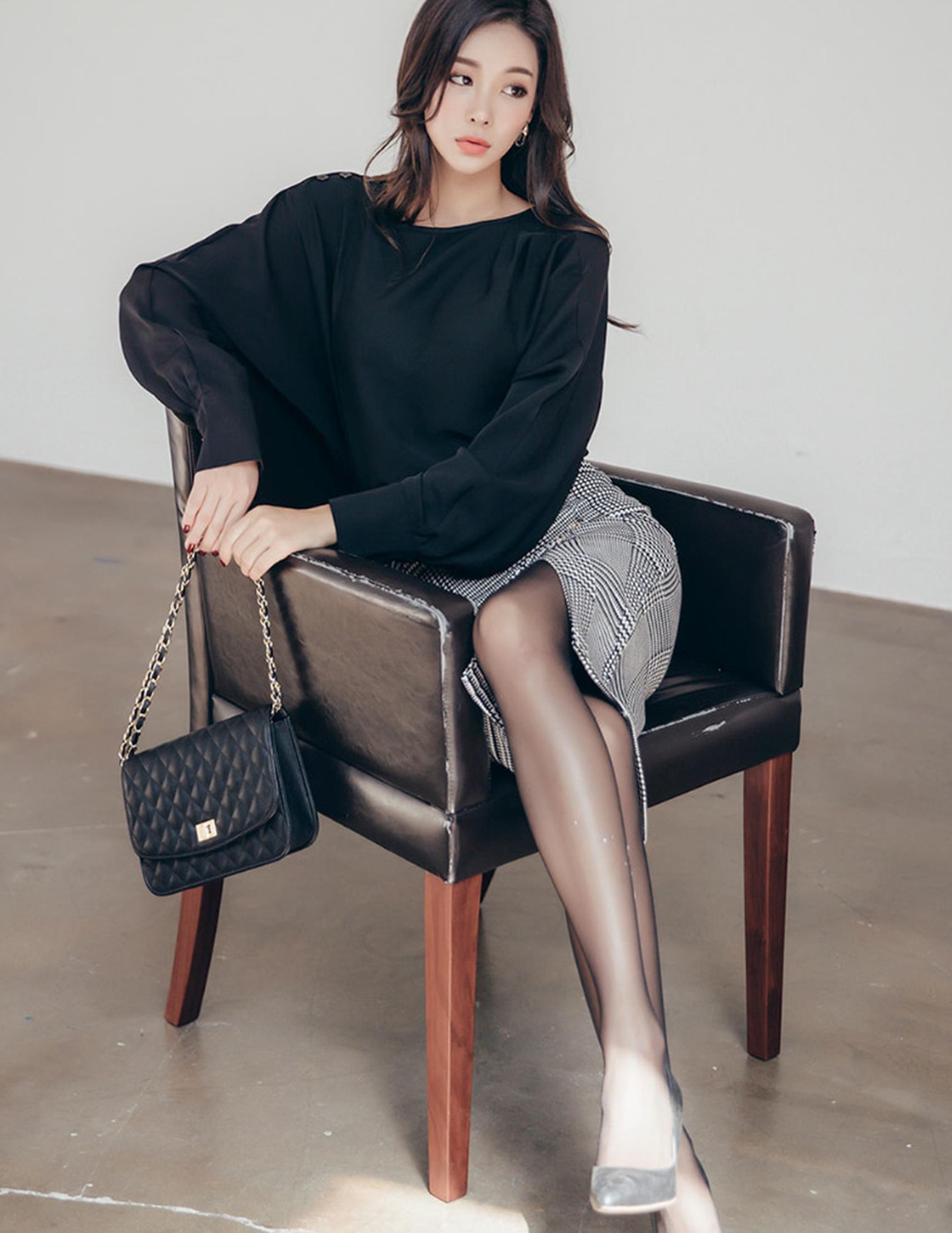 灰色的高腰裙,搭配黑色休闲长裙上衣,端正大气