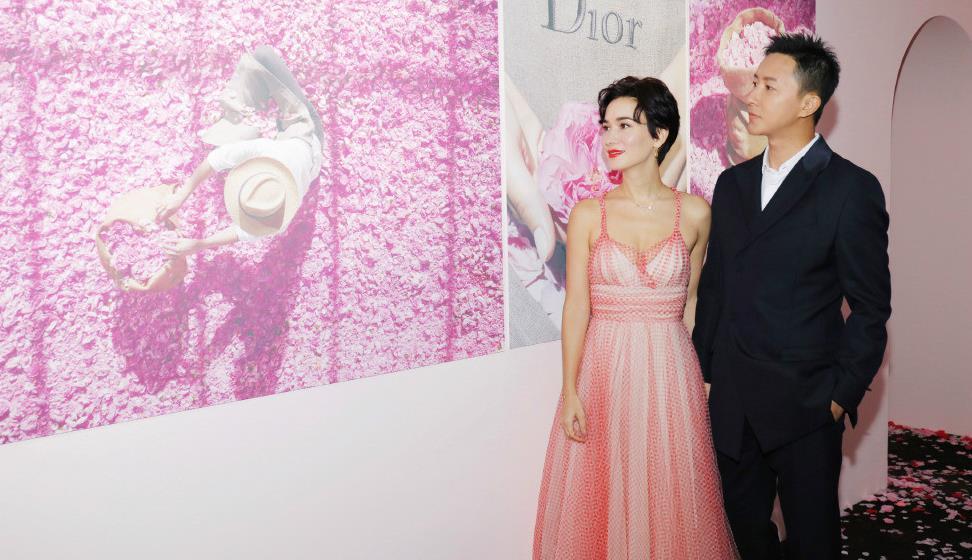 韩庚夫妇现身活动,卢靖姗穿吊带裙撞衫baby,果然胯宽身材更