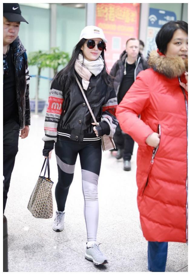 刘亦菲真是越来越有个性,鸳鸯打底裤搭配太有潮流感