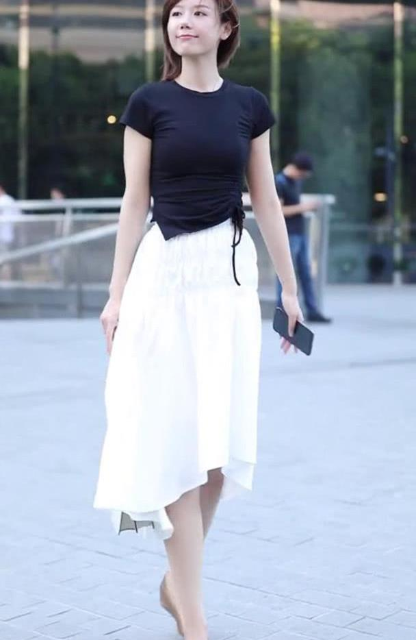 青春靓丽的小姐姐,黑色T恤搭白色半身裙,时尚又不失气质美