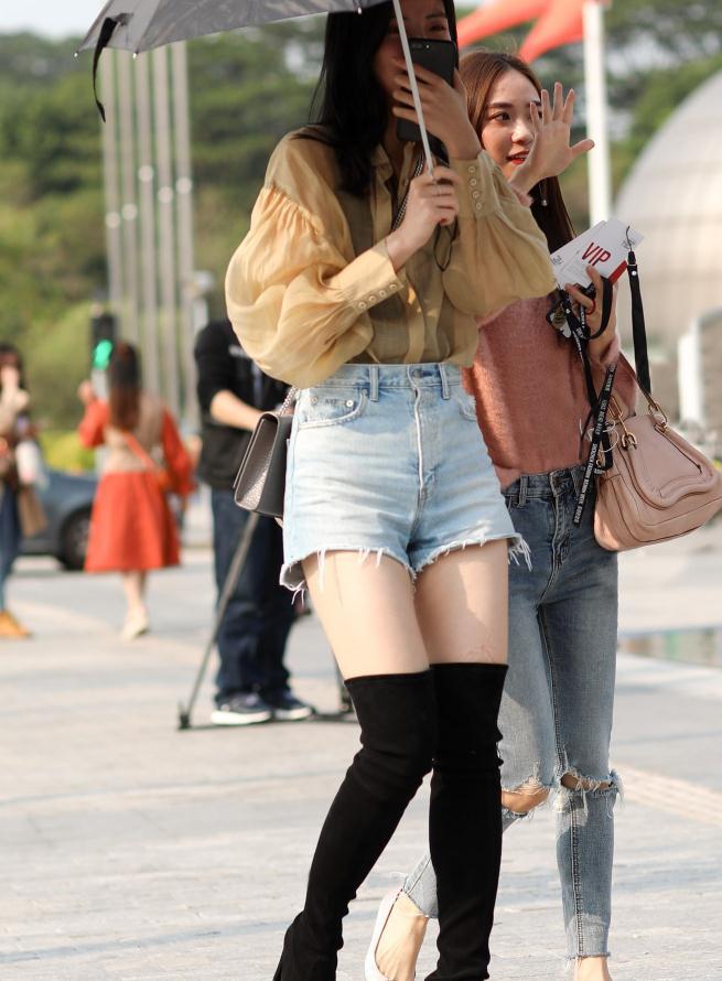 """冷艳美女的秋季穿搭,""""别致背心""""加薄纱衬衫,一点都不简单"""