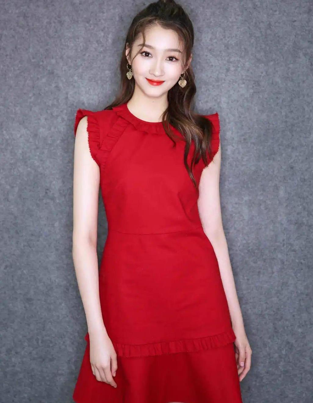 关晓彤终于完胜一次,穿红蓝条纹裙撞衫辛芷蕾,腿长优势太明显