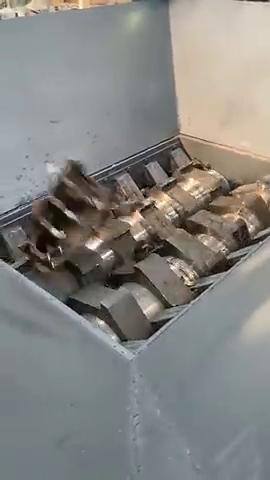 液压机太强大了,汽车碎片刚被放进去,几秒钟就消失了
