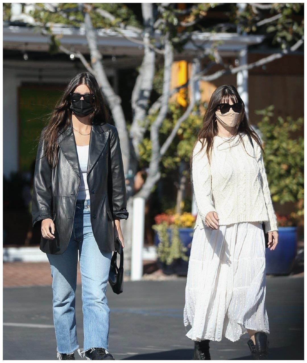 """""""小李子女友""""卡米拉·莫罗尼穿皮衣和妈妈一起上街,又酷又拉风"""
