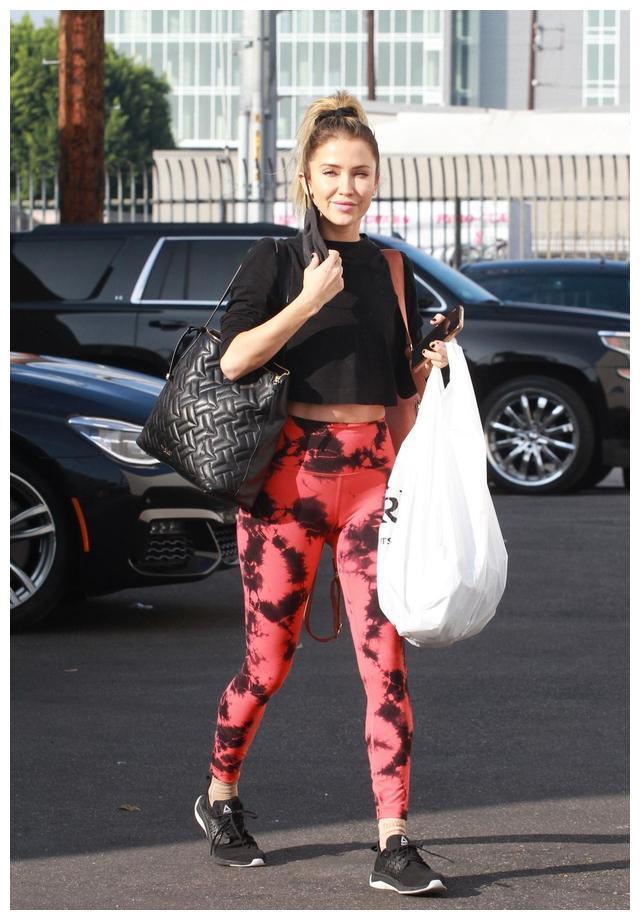 女星凯特琳·布里斯托现身洛杉矶街头,她有着迷人的气质