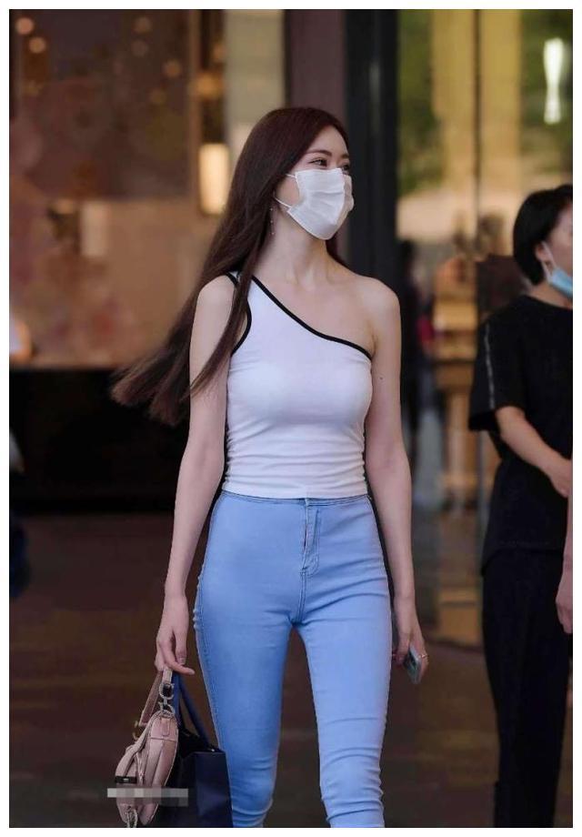 露肩装与浅蓝牛仔裤搭配,妹妹穿着简约整洁