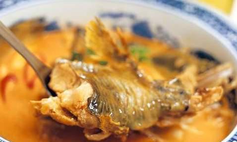 炖鱼别再用料酒去腥了,试试多放一味料,鱼肉肉质鲜嫩,口感不腥