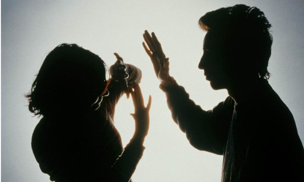 女子被家暴报警,丈夫感觉自己丢面子,一拳打断警察两根肋骨