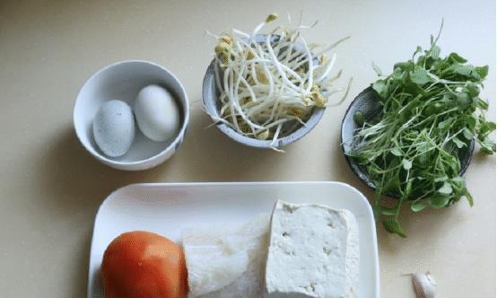 如果想吃鱼汤,这种方法最省力,可以做一份杂蔬菜鱼片汤。