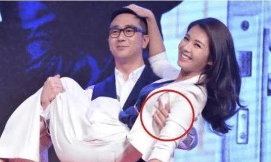 """刘涛被王自健""""公主抱"""",满脸尽显无奈!谁注意到他的手部动作?"""