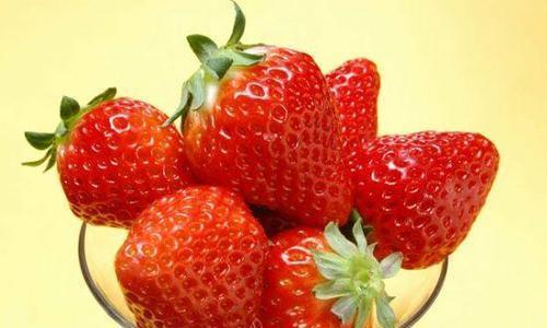 利用草莓榨汁,轻松制作甜美的草莓糖浆