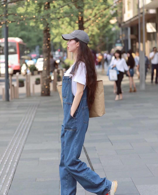 街拍,小姐姐白色T恤搭配牛仔背带裤,棒球帽帅气时尚活力满满