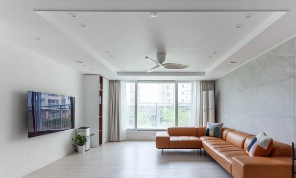 110房子,把阳台打通纳入客厅,又舍弃了餐厅,瞬间宽又亮