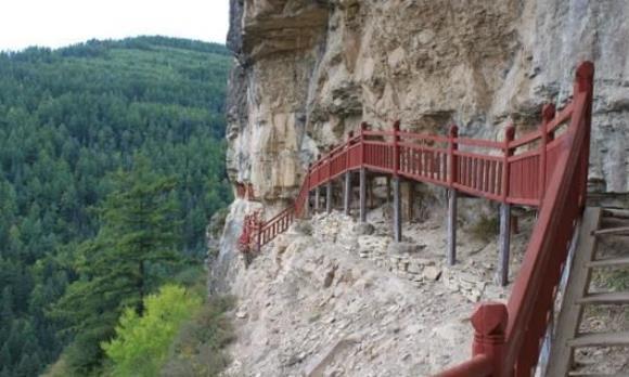 山西悬崖上的古栈道,惊险陡峭,峭壁上为何有悬棺成未解之谜