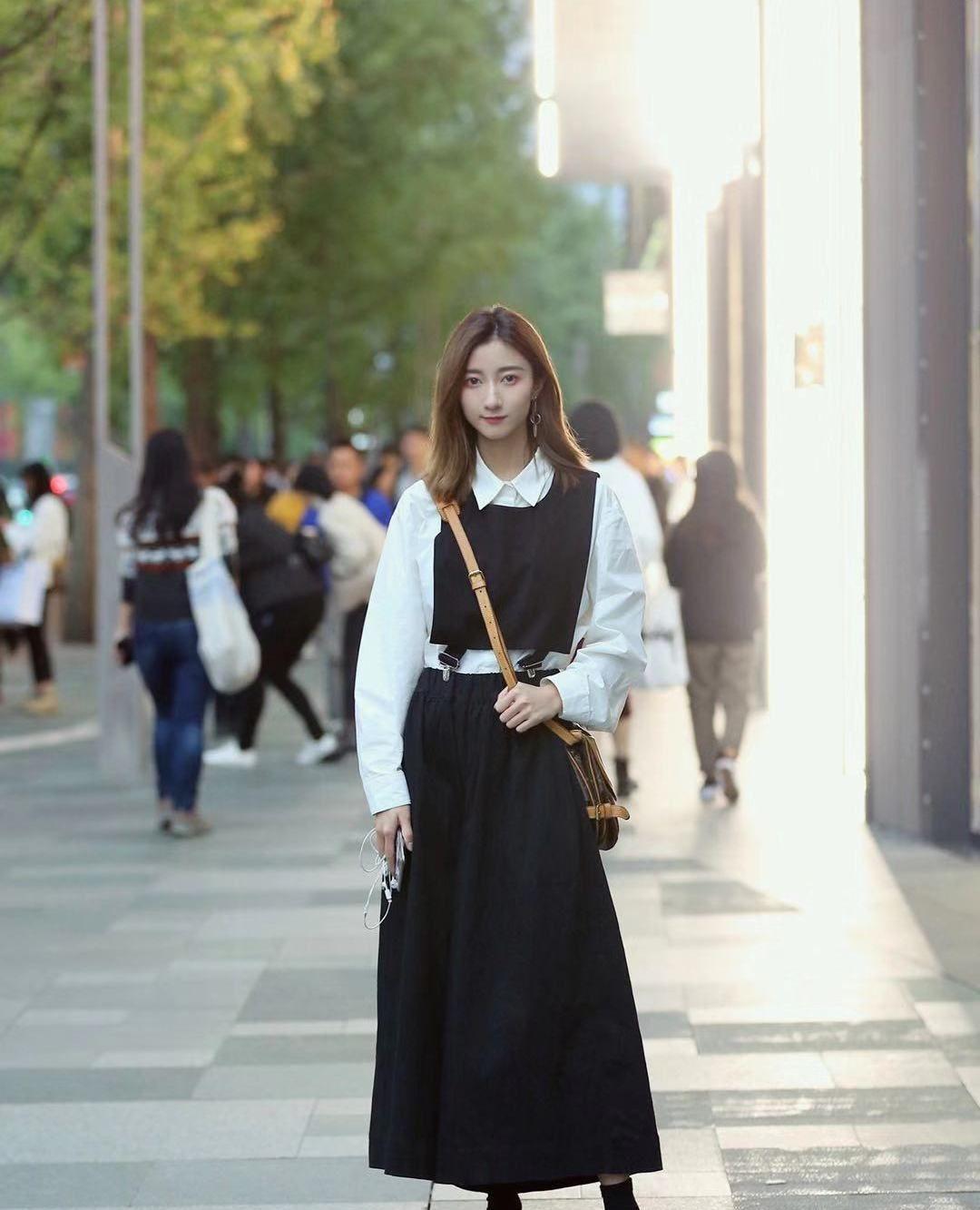街拍,小姐姐白色衬衫搭配黑色长裙,简单的搭配满满英伦风