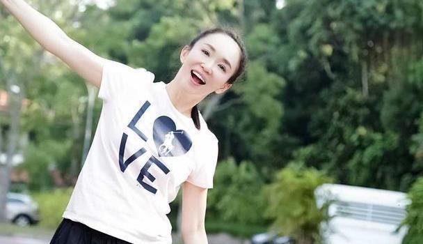 范文芳带儿子打网球,穿白色T恤配麻花辫造型,少女感无敌了