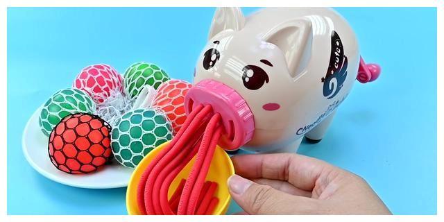 将泡泡球放进小猪搅拌机中并粗成揪面