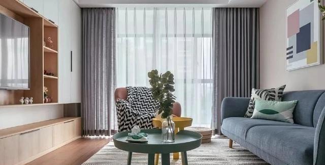 95平米北欧简约风格,电视墙采用满墙收纳柜装饰,好看又实用
