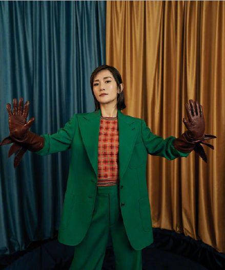 38岁谢娜演绎杂志封面,穿红裙绿西装个性十足,展现多样魅力